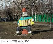 Купить «Скульптурная фигура из дерева на улице Хачатуряна. Район Отрадное. Город Москва», эксклюзивное фото № 29939851, снято 18 марта 2015 г. (c) lana1501 / Фотобанк Лори