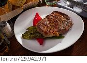 Купить «Steak beef with stewed green beans and pepper», фото № 29942971, снято 18 марта 2019 г. (c) Яков Филимонов / Фотобанк Лори