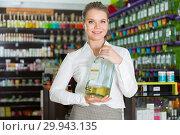 Купить «Salesgirl suggesting perfume on tap», фото № 29943135, снято 24 апреля 2018 г. (c) Яков Филимонов / Фотобанк Лори