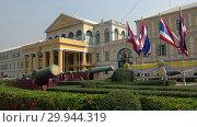 Купить «Здание Министерства обороны Таиланда солнечным днем. Бангкок», видеоролик № 29944319, снято 28 декабря 2018 г. (c) Виктор Карасев / Фотобанк Лори