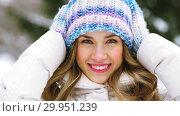 Купить «portrait of happy smiling woman outdoors in winter», видеоролик № 29951239, снято 31 января 2019 г. (c) Syda Productions / Фотобанк Лори
