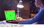 Купить «businesswoman with green screen on laptop at night», видеоролик № 29951291, снято 18 февраля 2019 г. (c) Syda Productions / Фотобанк Лори
