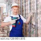 Купить «Construction worker using screw gun for aluminum profile mounting at indoors building site», фото № 29951815, снято 28 мая 2018 г. (c) Яков Филимонов / Фотобанк Лори