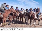 """Купить «Команда конной игры """"Кокпар"""" ожидает своей очереди, наблюдая за соперниками», фото № 29957583, снято 26 октября 2013 г. (c) Валерий Тырин / Фотобанк Лори"""