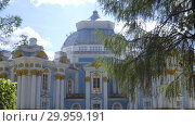 Купить «Walking to Pavilion Hermitage on artificial island in Alexandrovsky Park», видеоролик № 29959191, снято 8 августа 2018 г. (c) Ирина Мойсеева / Фотобанк Лори