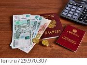 Купить «Пенсионное удостоверение, российский паспорт, калькулятор и деньги», эксклюзивное фото № 29970307, снято 15 февраля 2019 г. (c) Юрий Морозов / Фотобанк Лори