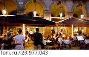 Купить «Outdoor restaurants at Placa Reial in summer evening. Barcelona, Catalonia», видеоролик № 29977043, снято 21 августа 2018 г. (c) Яков Филимонов / Фотобанк Лори