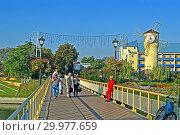 Купить «Курорт Миргород. Пешеходный мост в солнечный день. Отдыхающие прогуливаются по территории курорта. Полтавская область, Украина.», фото № 29977659, снято 25 сентября 2018 г. (c) FMRU / Фотобанк Лори