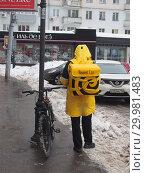 """Купить «Курьер сервиса быстрой доставки еды """"Яндекс Еда""""», фото № 29981483, снято 17 февраля 2019 г. (c) Ельцов Владимир / Фотобанк Лори"""