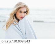 Купить «Calm blonde woman warming herself in a blanket», фото № 30009843, снято 6 июня 2013 г. (c) Wavebreak Media / Фотобанк Лори