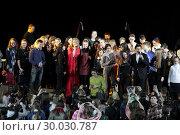 Купить «Артисты Виктория и Антон Макарские на сцене с молодёжью», эксклюзивное фото № 30030787, снято 19 февраля 2019 г. (c) Дмитрий Неумоин / Фотобанк Лори
