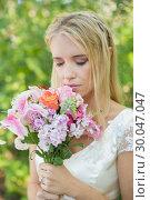 Купить «Blonde bride smelling her colourful bouquet», фото № 30047047, снято 9 октября 2013 г. (c) Wavebreak Media / Фотобанк Лори