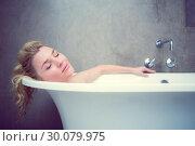 Купить «Serene blonde lying in the bath », фото № 30079975, снято 24 января 2014 г. (c) Wavebreak Media / Фотобанк Лори