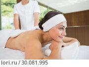 Купить «Beauty therapist rubbing smiling womans back with heated mitts», фото № 30081995, снято 9 апреля 2014 г. (c) Wavebreak Media / Фотобанк Лори