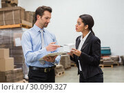Focused warehouse managers working together. Стоковое фото, агентство Wavebreak Media / Фотобанк Лори