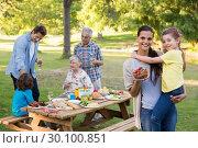 Extended family having an outdoor lunch. Стоковое фото, агентство Wavebreak Media / Фотобанк Лори