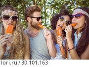 Hipster friends enjoying ice lollies. Стоковое фото, агентство Wavebreak Media / Фотобанк Лори