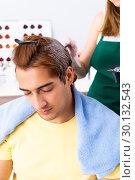 Купить «Woman hairdresser applying dye to man hair», фото № 30132543, снято 5 сентября 2018 г. (c) Elnur / Фотобанк Лори