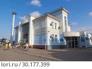 Купить «Здание автовокзала в городе Евпатории, Крым», фото № 30177399, снято 6 июля 2018 г. (c) Николай Мухорин / Фотобанк Лори