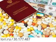 Купить «Пенсионное удостоверение, таблетки и деньги», эксклюзивное фото № 30177487, снято 24 февраля 2019 г. (c) Юрий Морозов / Фотобанк Лори