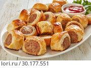 Купить «freshly baked Puff pastry Sausage rolls, close-up», фото № 30177551, снято 19 февраля 2019 г. (c) Oksana Zh / Фотобанк Лори