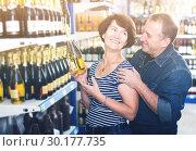 Купить «Husband and wife selecting a vine», фото № 30177735, снято 29 января 2020 г. (c) Яков Филимонов / Фотобанк Лори