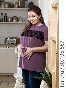 Беременная женщина показывает сердечко руками на животе. Стоковое фото, фотограф Кекяляйнен Андрей / Фотобанк Лори