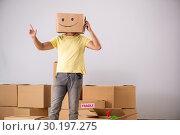 Купить «Happy man with box instead of his head», фото № 30197275, снято 23 июля 2018 г. (c) Elnur / Фотобанк Лори