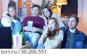 Купить «friends with beer and popcorn watching tv at home», видеоролик № 30206551, снято 12 января 2019 г. (c) Syda Productions / Фотобанк Лори