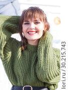 Купить «Девушка в теплом зеленом свитере. Зима», фото № 30215743, снято 17 февраля 2019 г. (c) Момотюк Сергей / Фотобанк Лори
