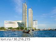 Вид на торгово-развлекательный центр Айкон Сиам и новые высотные жилые здания солнечным днем. Бангкок, Таиланд (2019 год). Редакционное фото, фотограф Виктор Карасев / Фотобанк Лори