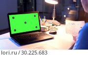 Купить «businesswoman with green screen on laptop at night», видеоролик № 30225683, снято 25 марта 2019 г. (c) Syda Productions / Фотобанк Лори
