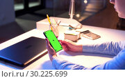 Купить «businesswoman with green screen on smartphone», видеоролик № 30225699, снято 25 марта 2019 г. (c) Syda Productions / Фотобанк Лори
