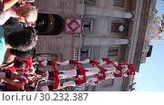 Купить «Group of castellers make castell in front of ayuntamiento building during La Merca in Barcelona», видеоролик № 30232387, снято 23 сентября 2018 г. (c) Яков Филимонов / Фотобанк Лори
