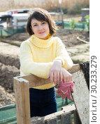 Купить «Girl in a yellow sweater in the backyard of her cottage», фото № 30233279, снято 21 июня 2019 г. (c) Яков Филимонов / Фотобанк Лори