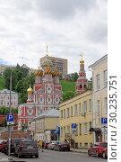 Nizhny Novgorod, Russia. - June 27.2017. View of the Christmas Church through Gorodetsky Lane. Редакционное фото, фотограф Владимир Петров / Фотобанк Лори
