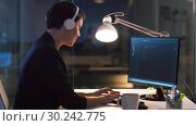 Купить «female programmer with computer at night office», видеоролик № 30242775, снято 28 февраля 2019 г. (c) Syda Productions / Фотобанк Лори