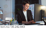 Купить «businesswoman working on computer at night office», видеоролик № 30242843, снято 28 февраля 2019 г. (c) Syda Productions / Фотобанк Лори