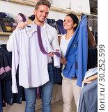 Купить «couple purchasing shirt, jacket», фото № 30252599, снято 24 октября 2016 г. (c) Яков Филимонов / Фотобанк Лори