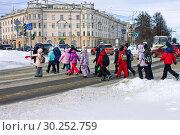 Купить «Дети школьного возраста переходят дорогу в центре города по светофору», фото № 30252759, снято 6 марта 2019 г. (c) Людмила Капусткина / Фотобанк Лори