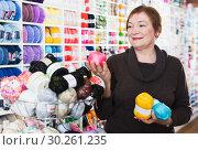 Mature customer in yarn shop. Стоковое фото, фотограф Яков Филимонов / Фотобанк Лори