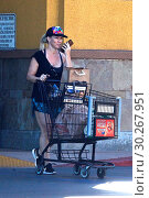 Купить «Jennie Garth picks up groceries at Ralph's in fitness wear Featuring: Jennie Garth Where: Studio City, California, United States When: 24 Oct 2017 Credit: WENN.com», фото № 30267951, снято 24 октября 2017 г. (c) age Fotostock / Фотобанк Лори