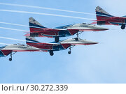 Kazan, Russian Federation - Oktober 27, 2018: Aerobatics performed by aviation group Strizhi . Редакционное фото, фотограф Константин Шишкин / Фотобанк Лори