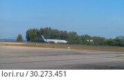 Купить «Airplane taxiing before departure», видеоролик № 30273451, снято 4 декабря 2018 г. (c) Игорь Жоров / Фотобанк Лори