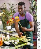 Купить «Florist preparing gerberas for bouquet», фото № 30273735, снято 14 февраля 2019 г. (c) Яков Филимонов / Фотобанк Лори