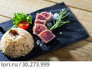 Купить «Tuna tataki with rice», фото № 30273999, снято 20 марта 2019 г. (c) Яков Филимонов / Фотобанк Лори