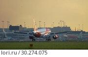 Купить «EasyJet Airbus A320 landing», видеоролик № 30274075, снято 25 июля 2017 г. (c) Игорь Жоров / Фотобанк Лори