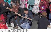 Купить «Мужчины перетягивают канат», видеоролик № 30276219, снято 10 марта 2019 г. (c) А. А. Пирагис / Фотобанк Лори