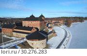 Купить «Вид сверху на старинную крепость города Хамеенлинна мартовским солнечным днем. Финляндия», видеоролик № 30276283, снято 11 марта 2019 г. (c) Виктор Карасев / Фотобанк Лори