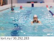 Купить «Девочка плывет в бассейне по дорожке», фото № 30292283, снято 22 декабря 2018 г. (c) Кекяляйнен Андрей / Фотобанк Лори